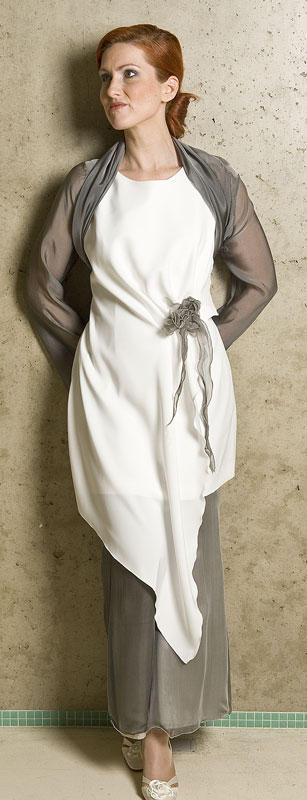 bruidsbroekpak in wit met grijs stola jasje