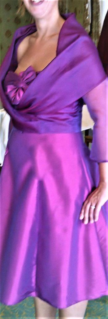 Bruidsmoedermode. Zijde cocktailjurk met stolajasje in fuchsia organza