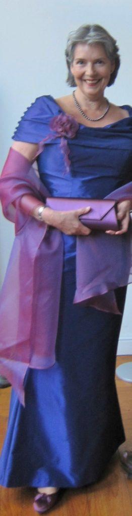 Bruidsmoedermode. Zijde combinatie met bijpassende stola, schoenen en tasje