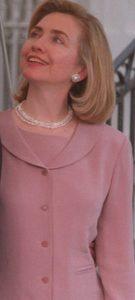Hillary Clinton in rose jasje