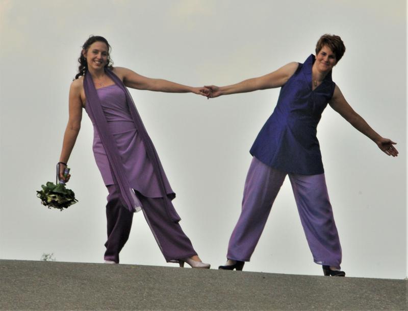 vrouwen-koppel-in-paars-bruidsbroekpak